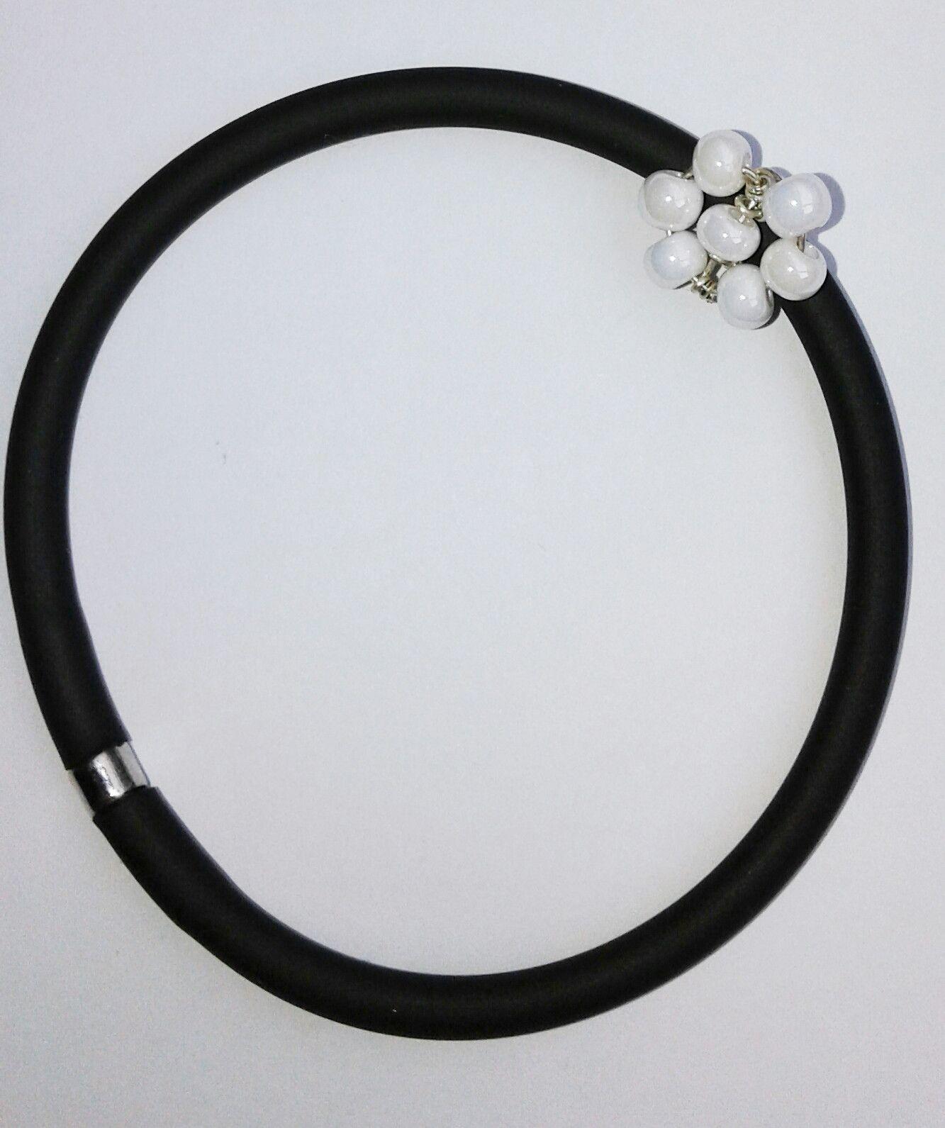 Braccialetto caucci fiorellino bianco abbigliamento e for Arredamento raffinato e mkt
