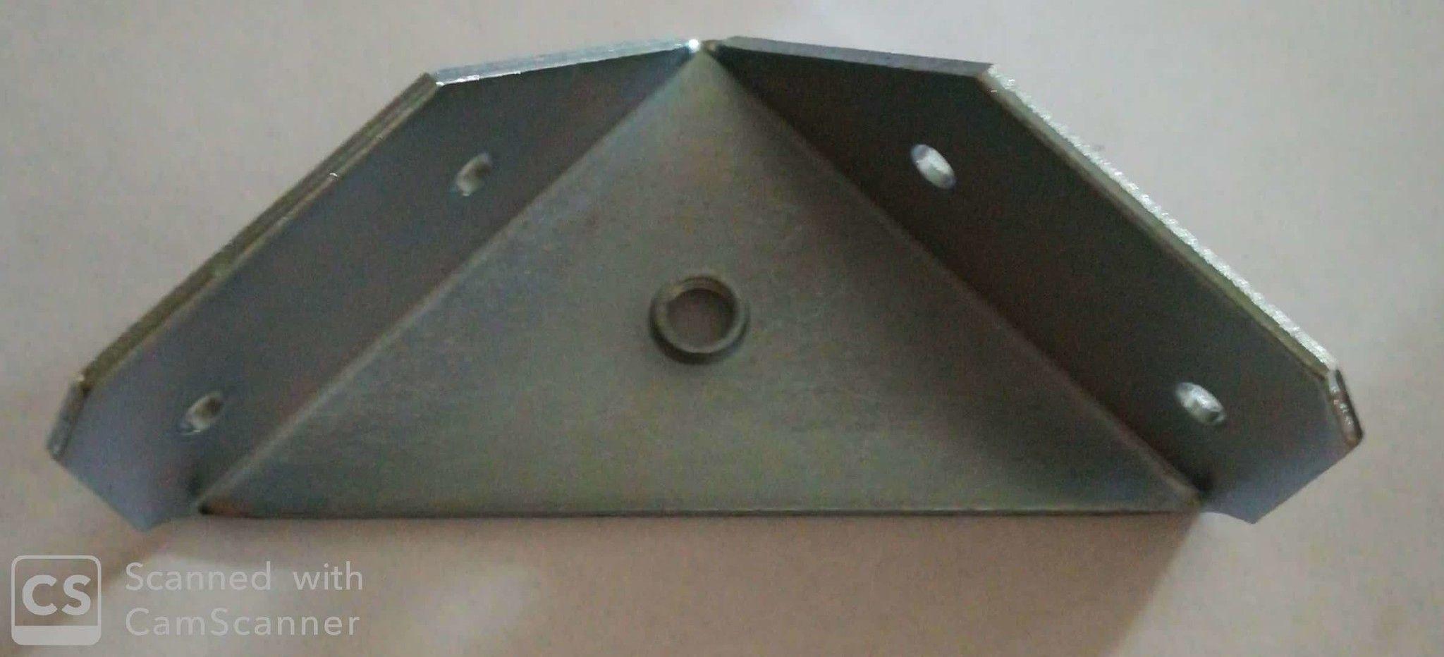 Piastra reggirete ad angolo mm 72 con filetto M 8 in ferro zincato