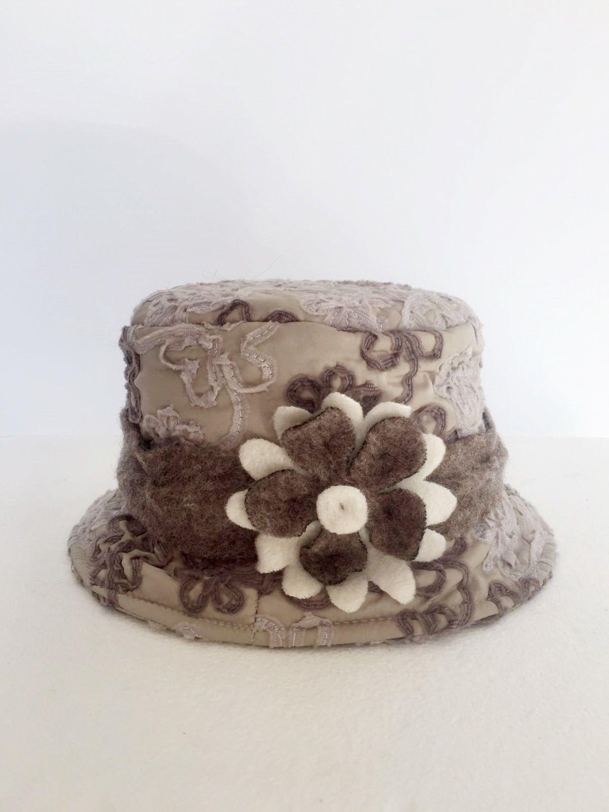 brillantezza del colore rivenditore di vendita la più grande selezione del 2019 Cappello Damascato Tondo in Lana Cotta con Fiore cod.1020