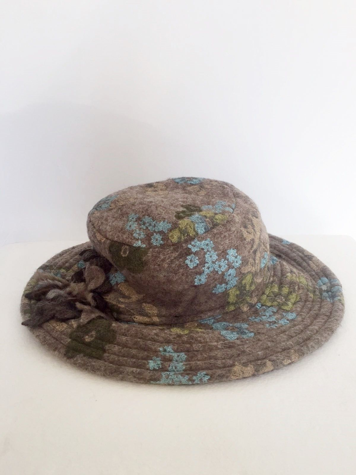 Boiled wool hat Round flower fantasy Cod.1023
