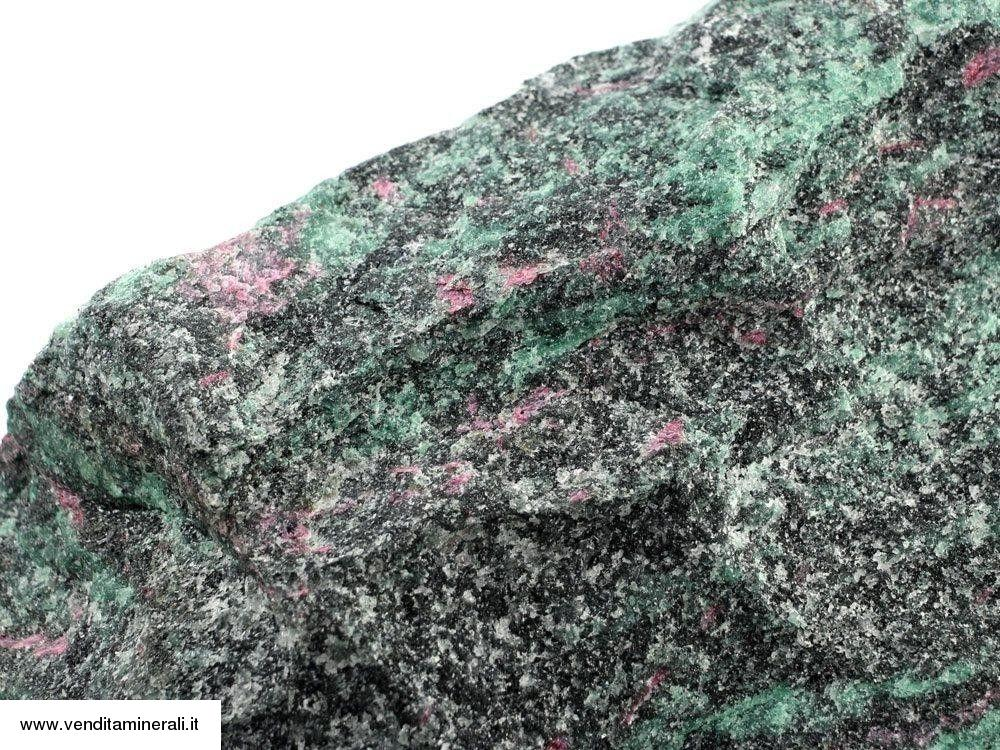 Pietra grezza di zoisite verde con rubini rossi incastonati