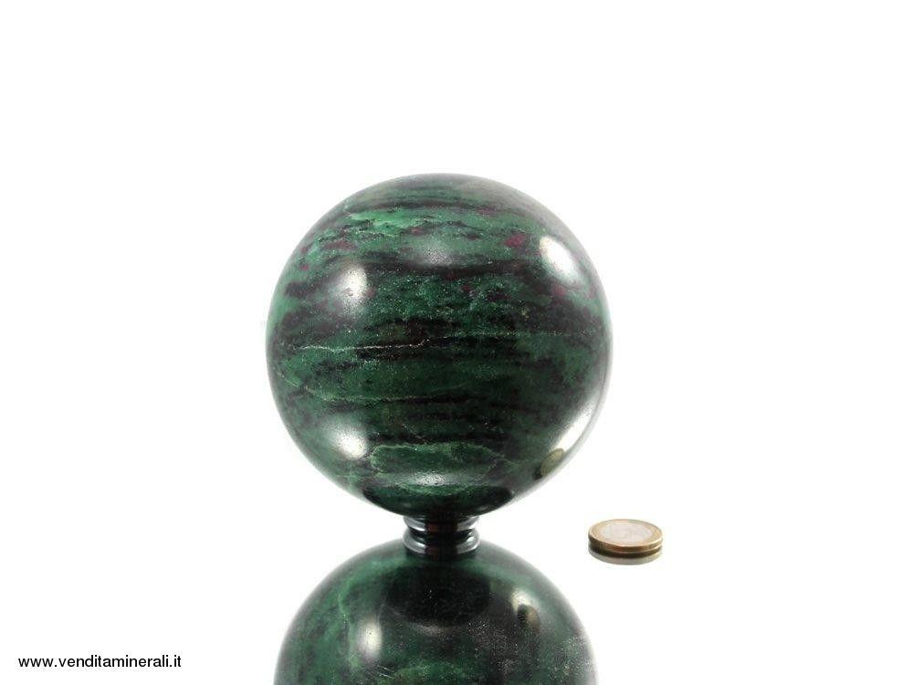 Rubino nella sfera della pietra preziosa zoisite