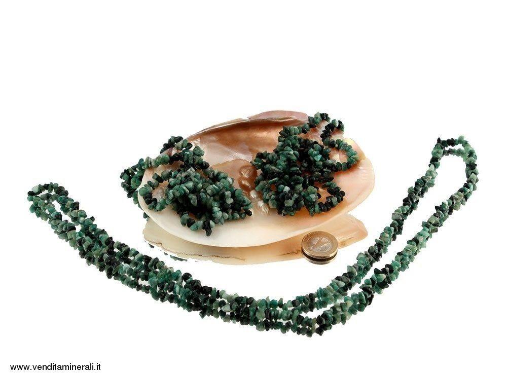 Lunga catena di schegge color smeraldo