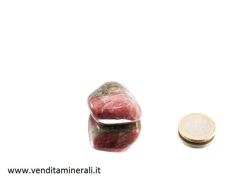 Rubellite una pietra di tormalina rossa burattata