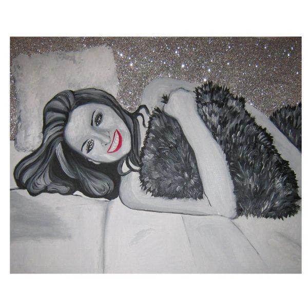 Ritratto donna a letto con sfondo glitterato