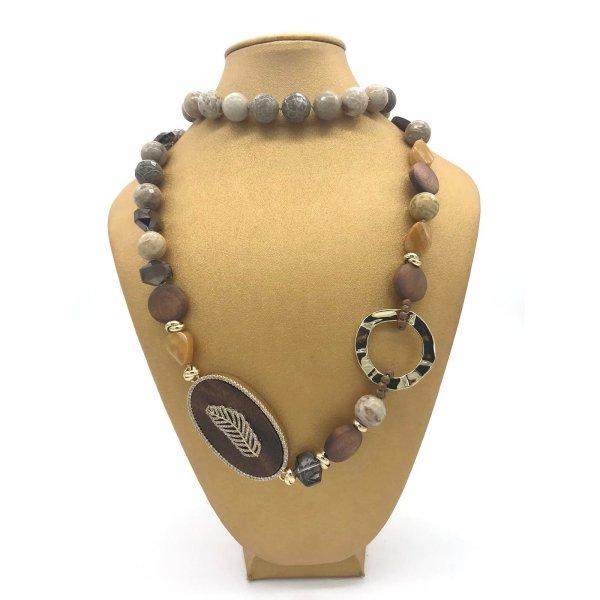 Collana Chanel in pietra fossile e legno