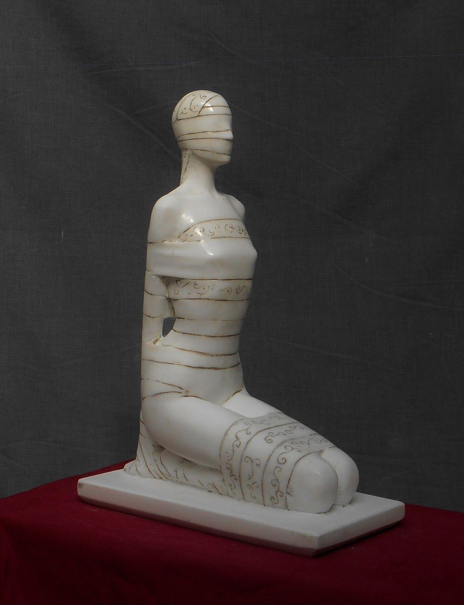 "SCULTURA IN MARMO SMAIL ZIZI "" TABU' 1 ""  dimensioni L 32 x H 45 x P 17 cm."